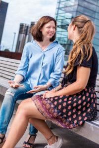 Coaching-Vorgespräch auf der Bank mit Romina Schell und einer Klientinder